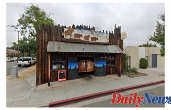 California Town erects fence out COVID mandate-defying restaurant at Burbank