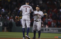 Astros wake up for 7 in 9th, beat Boston 9-2, tie...