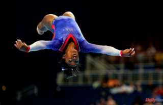 Simone Biles shows off her signature moves on beam...