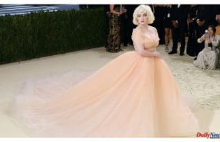 Billie Eilish accepted Oscar de la Renta as her dress...
