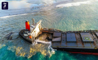 Oil spill: the freighter apart, broken in front of Mauritius