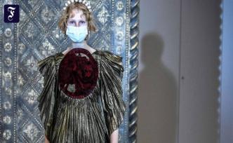 Haute Couture in Paris: The bride rode on horseback in