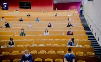 Column Frag den Mohr : What does studying cost?