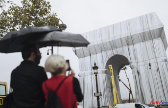 """""""A big gray elephant"""": Paris' Arc de Triomphe has been wrapped"""